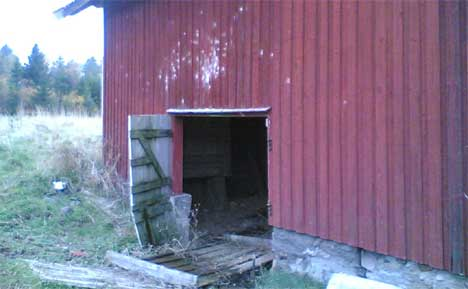 Den 37-år gamle østfoldingen knyttes til ransbilen som ble gjemt i denne låven i Østfold i fjor høst.