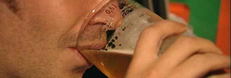 Fylkesmannen har sørget for at gjestene på strippeklubben fortsatt får drikke øl (Foto:NRK).