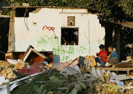 To gutar leikar i ruinane av eit hus som vart sprengt i lufta av israelske soldatar eit par dagar før. (Foto: AP/Scanpix)