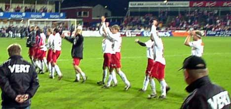 Slitne, men glade tok FFKs spillere i mot jubelen fra et fullsatt Fredrikstad stadion etter seieren mot Brann søndag. Foto: Rainer Prang, NRK.