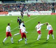 Jubel på stadion. Dagfinn Enerly har akkurat scort 1-0 målet etter 44 sekunder. Foto Rainer Prang, NRK.