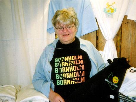 Ellen Andersen trykker på T-skjorter. Foto: Haakon D Blaauw, NRK