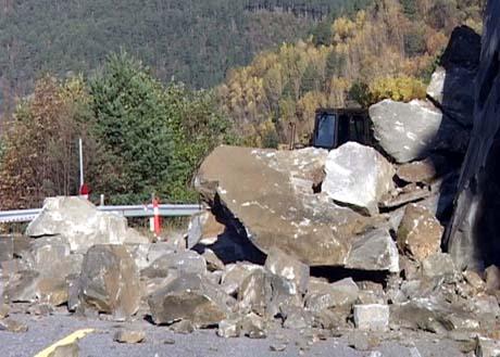 Forholdsvis store mengder fjell raste ned på veien lørdag. (Foto: Roar Strøm, NRK)