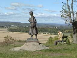 Statuen ble satt opp i en prøveperiode på Slottsfjellet i Tønsberg, men møtte motstand fra Slottsfjellets venner.