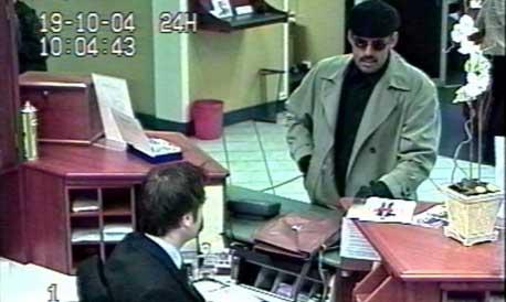 Politiet har sendt ut dette bildet fra bankens overvåkingskamera etter ranet i Spareskillingsbanken.