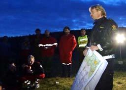 Ppolitiførstebetjent Alf Rune Rolland forteller letemannskapene at Furuhaug er funnet i live. (Foto: Roar Strøm, NRK)