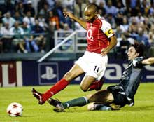 Thierry Henry scorer 2-1-målet. (Foto: AP)