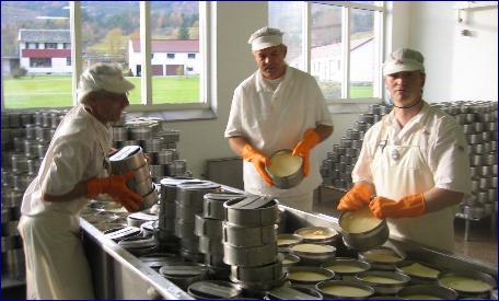 Ostemester Jon Søraas (i midten)sammen med arbeidskolleger er stolte av osten de lager i Tresfjord. Alle Foto: Gunnar Sandvik, NRK.