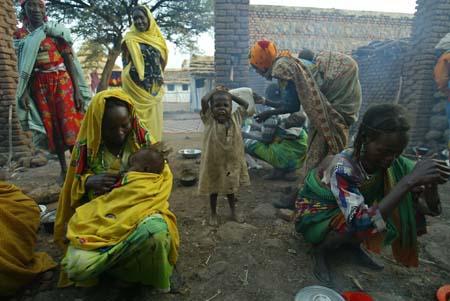 Darfur-flyktninger ved et Leger uten grenser-sykehus i Vest-Darfur. Kampene i Darfur har drevet over 1,5 millioner mennesker fra sine hjem og skapt en av verdens verste humanitære kriser. (Foto: Zohra Bensemra, Reuters)