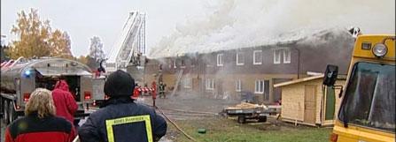 Fem personer måtte flykte da det brøt ut brann i en bygning i Våler sentrum.(Foto:Bjørn Anders Sørli)