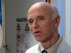 Doktor Jostein Kråkenes er den første forskeren i verden som har klart å påvise en nakkeslengskade. Foto: NRK