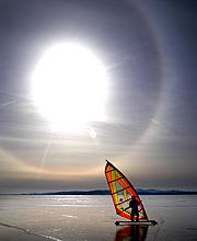Seglebrett på isen i Vermonts flotte vinterlys.