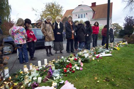 Mange har lagt ned blomar på staden der to menneske vart brutalt drepne tysdag denne veka. (Foto: Scanpix)