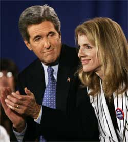 John Kerry og Carolyn Kennedy sammen på podiet i Wisconsin fredag. (Foto: Scanpix / AP)