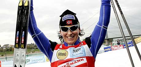 Marit Bjørgen jubler etter seieren i Düsseldorf (Foto: Scanpix/Heiko Junge)