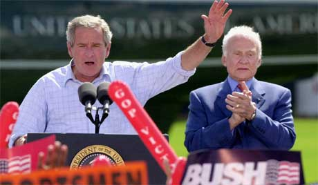 Bush sammen med astronaut-legenden Buzz Aldrin i Florida i dag. Aldrin er mest kjent for å være nummer to på Månen, etter Neil Armstrong.(Foto: Scanpix / AP)