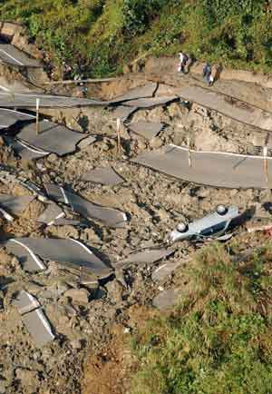 En vei som ble ødelagt under jordskjelvet i Ojiya i det nordvestre Japan. Foto: Kyodo, Reuters