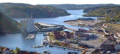 Den offentlige havna på Mølen-området (t.h. i bildet) har ikke fulgt opp nye regler om terrorsikring fra 2004. Nå kan havneeieren bli anmeldt. Foto: Rainer Prang, NRK