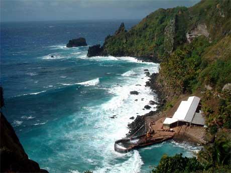 Pitcairn har 47 innbyggere. Den har ikke flyplass. Eneste måte å nå havnen på er med lettbåt (foto; AP/Scanpix).