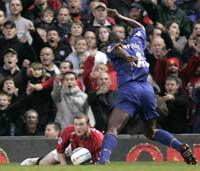 Wayne Rooney seg mot dommer Mike Riley etter å ha falt i feltet. (Foto: AP / SCANPIX)