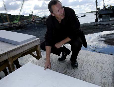 Hovedarkitekt Kjetil Trædal Thorsen peker på vinnersteinen, den italienske marmoren. Foto: Scanpix