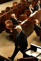 Sharon forlater Knesset, som kan komme til å gå imot Gaza-planen. (Scanpix/AP)