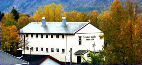 Barneskolen på Hjelset blir vurdert nedlagt og elevene flytta til Vikamyra. Foto: Gunnar Sandvik