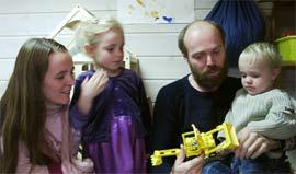 Annette Hveem og Lars Christian Narum kjemper for at Emma (4) og Peder(2) skal få beholde barnehageplassen sin. (Foto: Jorun Vang/NRK)