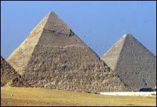 Antikt underverk: Pyramidene i Giza uten for Kairo i Egypt (Foto: AP)