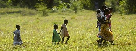 Noen barn fra Kilifi i Kenya er festet til Alf Bergs film. Et av mange bilder du finner i boka. (Foto: Alf Berg)