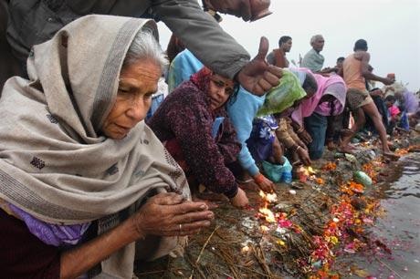 Bilde fra Allahabad under Magh Mela-festivalen. Det ofres prasad til elven, der Ganges møter Yamuna. En halv million mennesker bader samtidig. (Foto: Alf Berg)