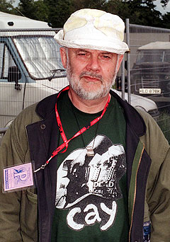 John Peel har siden 1967 vært et fast innslag i BBC Radio One, og håpefulle band fra hele verden har sendt ham sine demotaper i forsøk på å slå gjennom. Her på Glastonbury-festivalen i 1999. Foto: AP Photo.