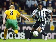 Ronny Johnsen vant i sin Newcastle-debut. Her dribler Patrick Kluivert seg forbi Gary Holt. (Foto: AP)