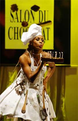 SØTT: Publikum fikk se sjokolade og andre søtsaker under åpningen av årets Sjokoladefestival i Paris. (Foto: AFP PHOTO JEAN-LOUP GAUTREAU)