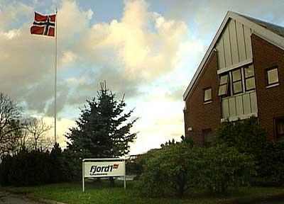 Flagget gjekk til topps ved hovudkontoret i Florø då Fjord1 vann anbodet om to av dei største ferjesambanda i landet i 2004. Foto Steinar Lote NRK.