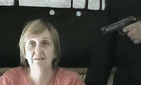 Med en pistol rettet mot hodet ble den eldre polsk-irakiske kvinnen vist fram i et videoopptak fra gruppen Abi Baqr al-Siddiq al-Salafya. Gruppen krever at Polen trekker alle sine styrker ut av Irak. (Foto: Scanpix / Reuters)