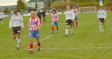 Flere av Kvik HFKs spillere har trukket i de rød-hvite draktene for siste gang i 2004-sesongen. Foto: Rainer Prang, NRK.