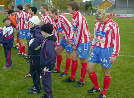 Mye er uavklart hva gjelder spillerstallen i Kvik HFK for neste år, men trenerspørsmålet er nå løst. Det blir Tormod Birkeland og Robert Henning som får ansvaret i 2005-sesongen. Foto: Rainer Prang, NRK.