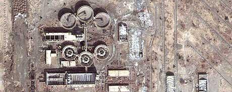 FORSVUNNE VÅPEN: Et satellittbilde viser anlegget hvor eksplosivene skal ha blitt stjålet fra. (Foto: DigitalGlobe/AP)
