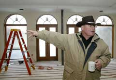 Terry Anderson raser over republikanernes angrep. (Foto: AP/Scanpix)