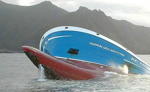 Den islandske tråleren Gudrun Gisladottir like før den sank i Nappstraumen i Lofoten. Foto: NRK