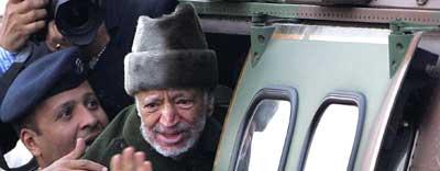 Arafat på vei til Paris for å bli innlagt på sykehus. Scanpix.