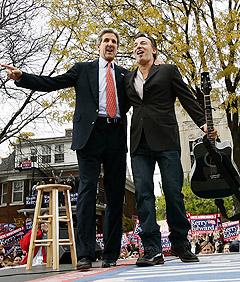 Tusener av tilskuere fylte verandaene på de små trehusene i Madison da John Kerry og Bruce Springsteen kom til byen. Foto: AP Photo / Gerald Herbert.