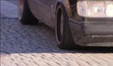 Storgata er full av gamle Mercedeser med unge mennesker bak rattet, også midt på dagen.