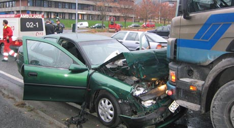 Den ene personbilen kjørte inn i den andre personbilen, og denne havnet i feil kjørefelt og frontkolliderte med lastebilen.