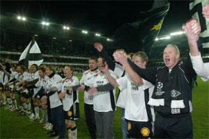 RBK-spillere med trener Ola By Rise som holder pokalen, fotografert etter kampen. Foto Gorm Kallestad/SCANPIX.
