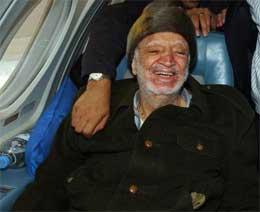 Arafat i flyet på vei til Paris før helgen. (Foto: AFP/Scanpix)