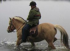 Er denne ryttaren på jakt etter ei bølgje, slik som John var? Foto: NRK