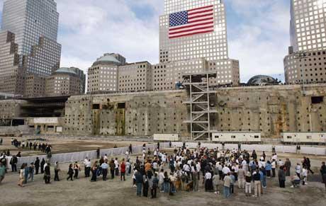 Ground Zero trekker fortsatt til seg skuelystne, tre år etter angrepene. (Foto: AFP/Scanpix)