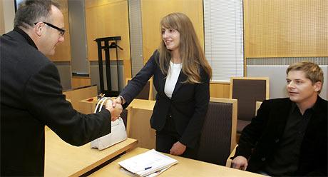 Sjefredaktør i Se og Hør, Odd J. Nelvik, hilser på Anette Young før retten ble satt mandag. Rodney Omdal Karlsen (t.h.) ville ikke ta redaktøren i hånden. Foto: Scanpix